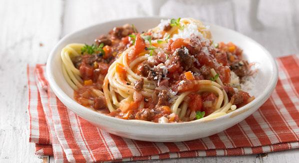 Spaghetti Bolognese zubereiten   italienische Küche mit Nudeln