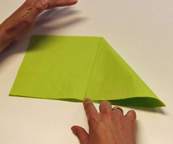 Servietten falten einfacher Tafelspitz Schritt 1