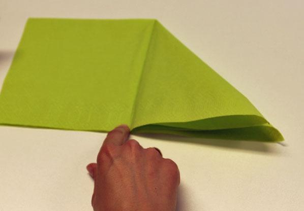 Servietten falten dreifacher Tafelspitz Schritt 3