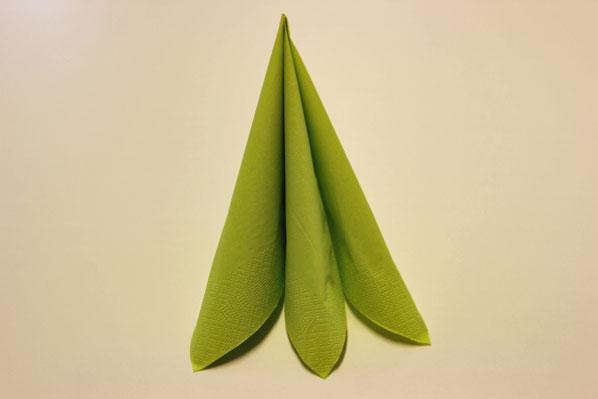 Servietten falten dreifacher Tafelspitz Schritt 6