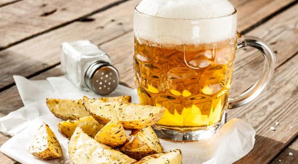 Beim Bier trinken bekommt man Appetit und greift gerne mal zu salzigen Snacks