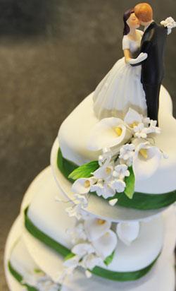 Hochzeitstorte auf der Etagere präsentiert