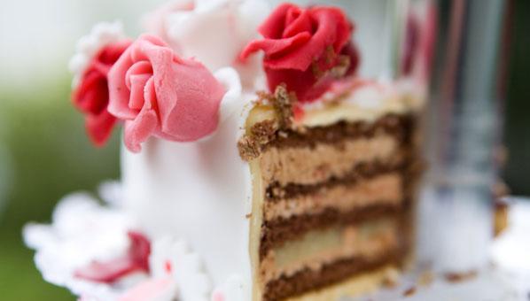 Hochzeitstorte mit Rosen aus Marzipan