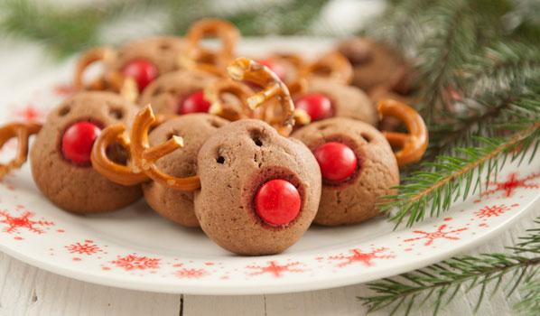 Weihnachtsplätzchen als Elche dekoriert