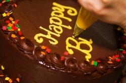 Aus der Schokoladentorte wird eine Geburtstagstorte