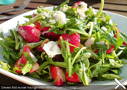 Basilikum-Rucolasalat mit Erdbeeren