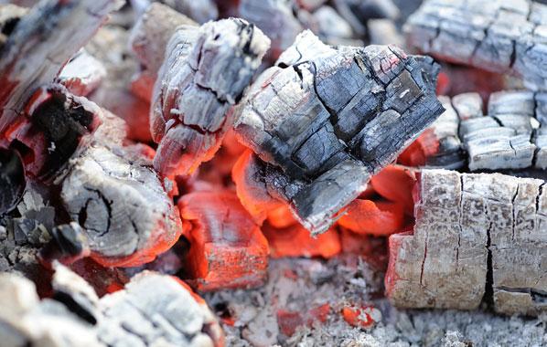 Grillen: Brennmaterialien und wie man sie richtig anzündet