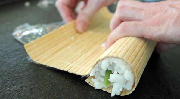Sushi selber machen: Rolle fest andrücken