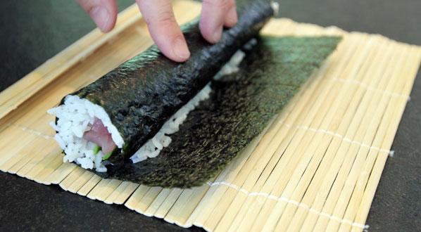 Sushi selber machen: halb gerolltes Nori-Blatt