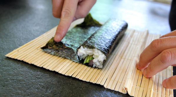 Sushi selber machen: Nori-Blatt versiegeln