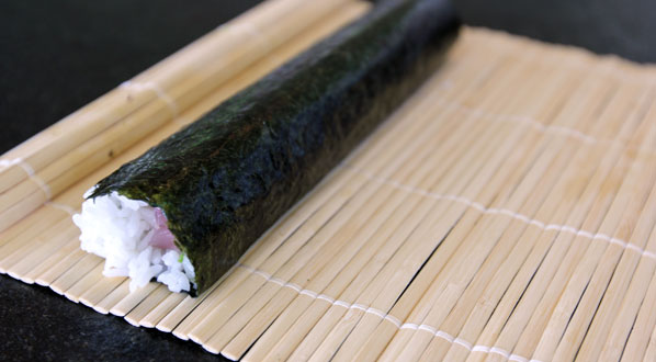 Sushi selber machen: fertige Sushi-Rolle