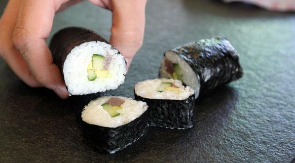 Sushi Maki: Rolle zu kleinen Häppchen schneiden