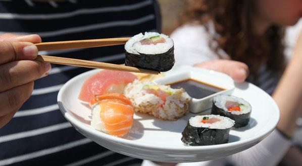 sushi so macht man die japanischen r llchen selbst. Black Bedroom Furniture Sets. Home Design Ideas