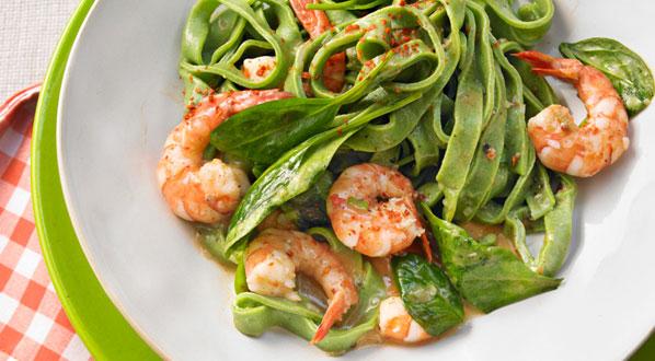 Spinat mit grasgrüner Pasta und Garnelen