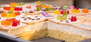 Butterkeks-Kuchen mit bunten Keksen