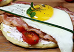 Hefefladen mit Bacon und Ei