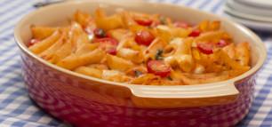 Cremiger Nudelauflauf mit Tomaten und Käse
