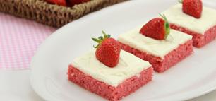 Erdbeer-Blechkuchen mit Cream-Cheese-Frosting