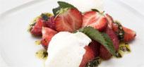 Buttermilchmousse mit Erdbeeren und Nusspesto