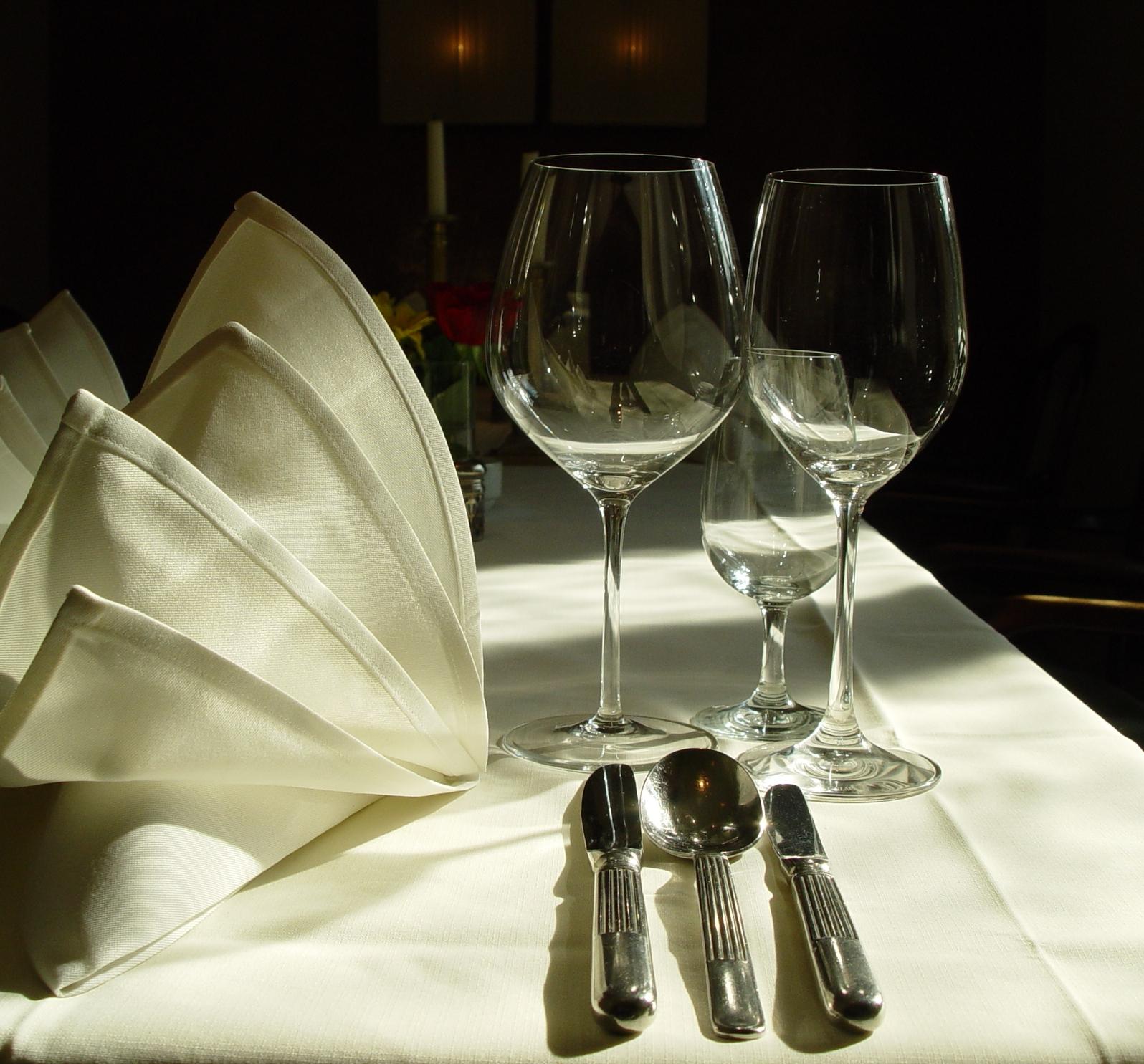 Richtige Gl Serfolge Auf Dem Festlichen Tisch Wein