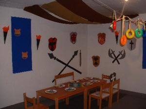 dekoration f r ein ritterfest feste tischdekoration und. Black Bedroom Furniture Sets. Home Design Ideas