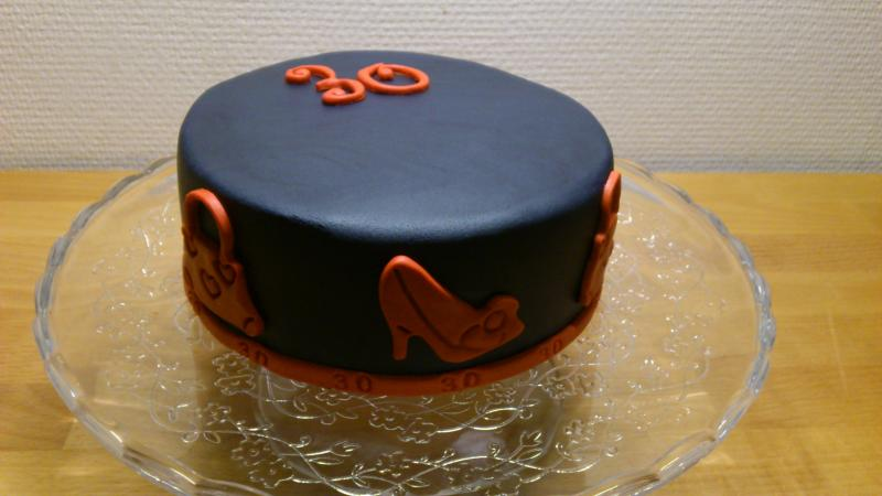 schwarz rote torte zum 30 geburtstag motivtorten fotos forum. Black Bedroom Furniture Sets. Home Design Ideas