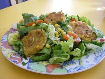 Gebackener Mozzarella auf Blattsalat http://www.chefkoch.de/rezepte/1614151268652518/Mozzarella-in-Kartoffelkruste.html