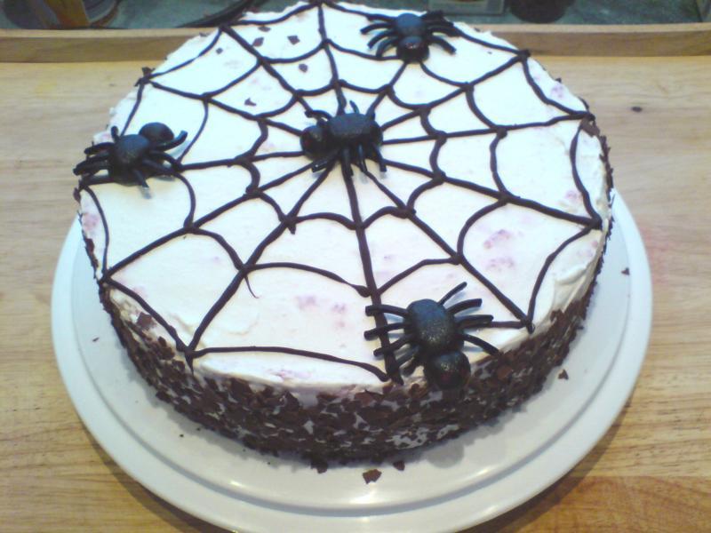 gruselige halloween schokoladentorte mit spinnennetz rezepte suchen. Black Bedroom Furniture Sets. Home Design Ideas