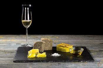 Mohn- und Kurkuma-Brot. Sumach- und Vadouvan-Butter. Desoxi-Öl, Salz. Wermut