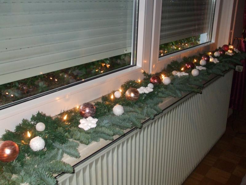 Weihnachtsdeko auf fensterbank