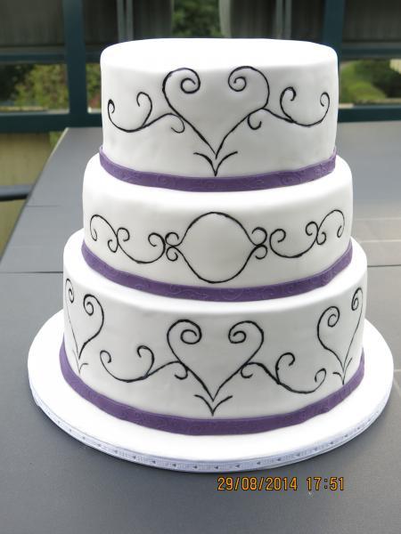 einfache schlichte Hochzeitstorte Schnörkeln gewünscht 558382633