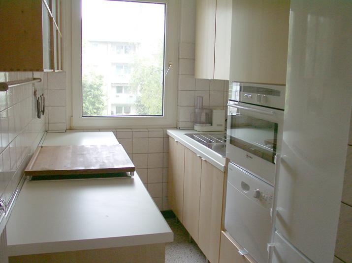 Lange Seite der Küche mit großem Buchenbrett über dem ...