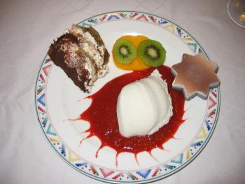 Dessertvariation: Kokos Panna Cotta auf Erdbeerpüree, Tiramisu, Eiszimtstern und Kiwi/Kaki