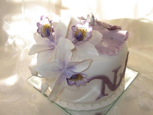 Edler Hochzeitstorten Dummy Mit Cymbidium Orchidee Weiss Lila
