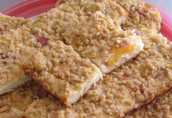 super leckere Pfirsichschnitten mit Quarkcreme und Haferflockenstreuseln