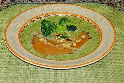 Brokkolicremesuppe mit Räucherlachs 3