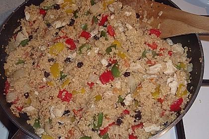 Couscous mit Hähnchenfleisch, Rosinen, Mandeln und Pinienkernen 0