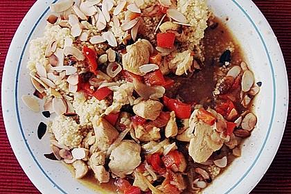 Couscous mit Hähnchenfleisch, Rosinen, Mandeln und Pinienkernen 1