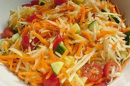 Kohlrabisalat mit Möhren, Gurken und Tomaten 8