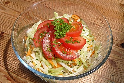 Kohlrabisalat mit Möhren, Gurken und Tomaten 7