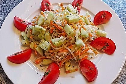 Kohlrabisalat mit Möhren, Gurken und Tomaten