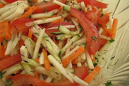 Kohlrabisalat mit Möhren, Gurken und Tomaten 9