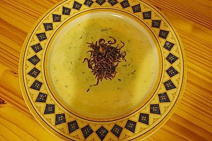 Meerrettichsuppe mit Basilikum - Schaum und frittiertem Blaukraut 2