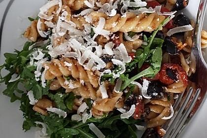 Italienischer Nudelsalat mit Rucola und getrockneten Tomaten 37