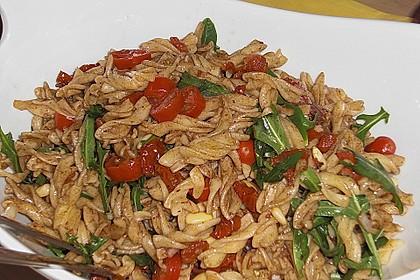 Italienischer Nudelsalat mit Rucola und getrockneten Tomaten 50