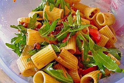 Italienischer Nudelsalat mit Rucola und getrockneten Tomaten 8
