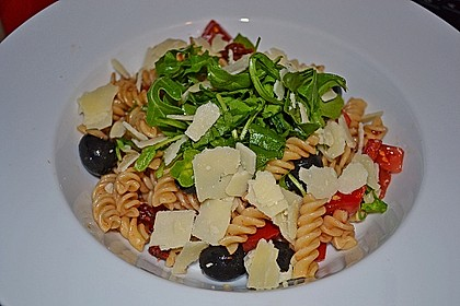 Italienischer Nudelsalat mit Rucola und getrockneten Tomaten 9