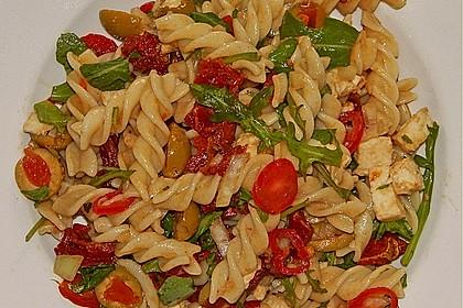 Italienischer Nudelsalat mit Rucola und getrockneten Tomaten 13