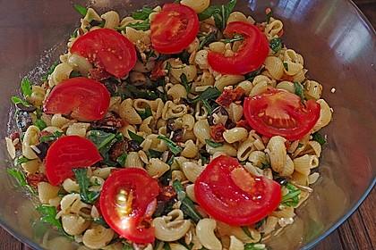 Italienischer Nudelsalat mit Rucola und getrockneten Tomaten 22