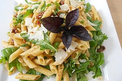 Italienischer Nudelsalat mit Rucola und getrockneten Tomaten 31